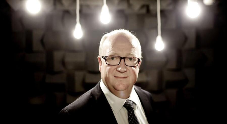 Virksomhed: William Demant HoldingAdm. direktør: Niels JacobsenAdm. direktørs løn: 13.000.000 kroner.Den samlede direktions løn: ***16.000.000 kroner.*** To af tre direkteionsmedlemmer tiltrådte i september 2015