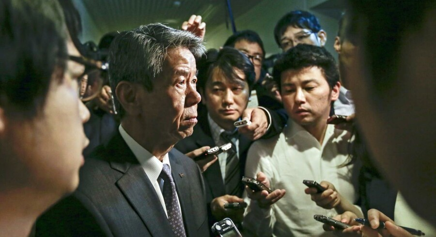 Hisao Tanaka, President and Chief Executive Officer of Toshiba Corp., surrounded by journalists and analysts, talks to them after ending a news conference on accounting irregularity at its headquarters in Tokyo, Japan, 15 May 2015. Toshiba on 13 May said it would need to readjust its reported profits for the past three years due accounting irregularities. EPA/KIMIMASA MAYAMA