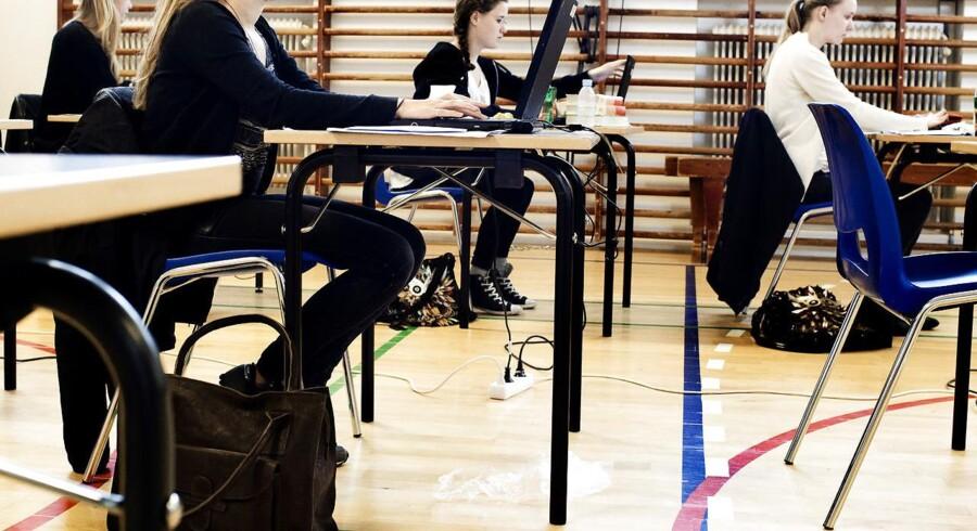 Det er specielt de elever, der snart skal op til eksamen, der er lider under det store antal vikarer, siger Danske Skoleelever.