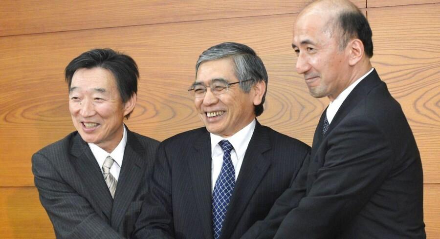 Bank of Japans vicechef, Kikuo Iwata (tv), giver bl.a. Bank of Japans pengepolitiske tiltag en vis rolle i den øgede efterspørgsel.