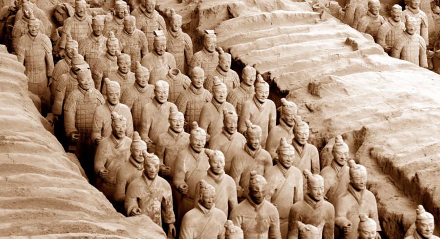 Hele området med udgravningen af den opmarcherede terrakotta-hær er overdækket og her er arbejde til arkæologer i generationer. Det tager et halvt år at samle en kriger og her er anslået 6.000 mand.