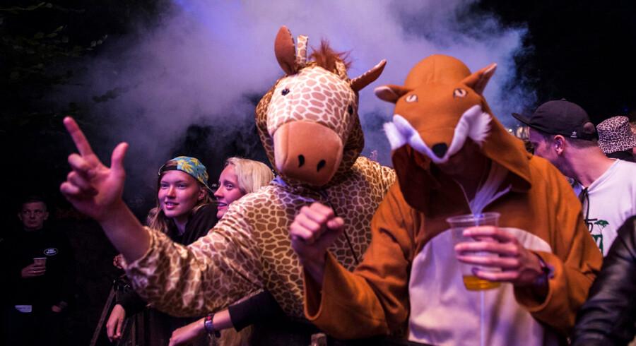 Smukfest tog imod Mark Ronson bag DJ-pulten og festede foran Bøgescenen.. (Foto: Helle Arensbak/Scanpix 2017)