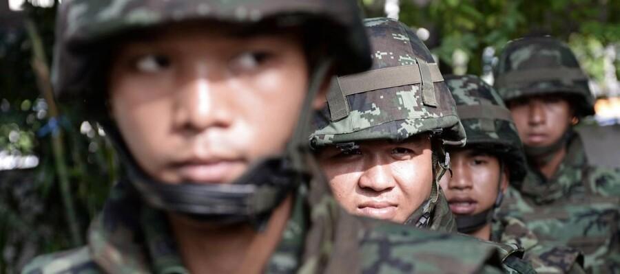 Thailandske soldater sikrer her den primære nationale tv-station i Bangkok efter indførelsen af militær undtagelsestilstand.