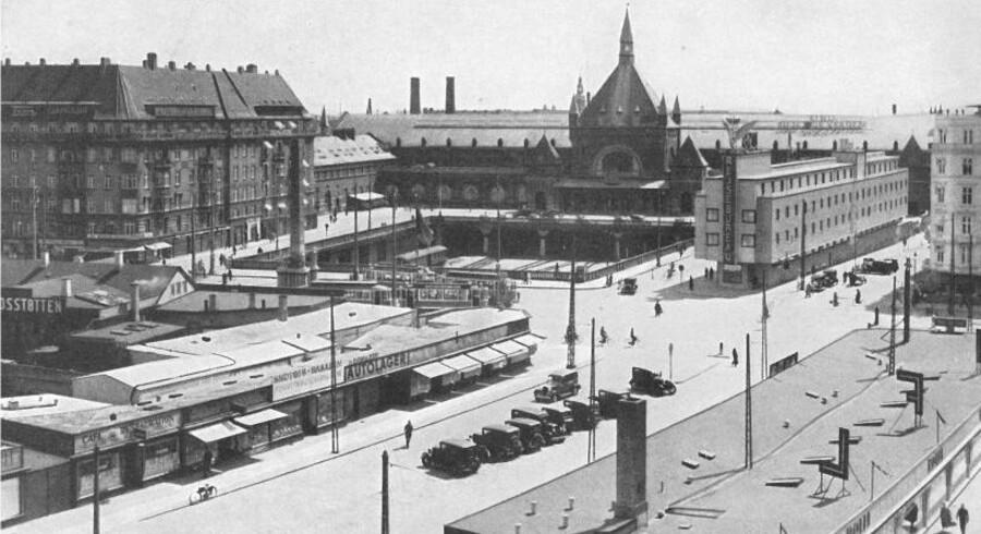 Hovedbanegården med Panoptikonbygningen til venstre, den berygtede baraklandsby på det gamle jernbaneterræn i forgrunden til venstre og på den modsatte side af Vesterbrogade det nyåbnede Hotel Astroria mellem Reventlowsgade og den åbne jernbanegrav. Foto 1935, København før og nu, bd. IV.