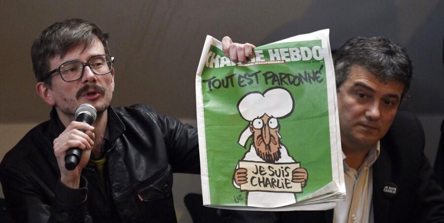 Den franske tegner Renald Luzier, aka Luz, til venstre, holder den nye udgave af det satiriske ugeblad, Charlie Hebdo.