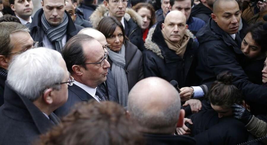 Den franske præsident, Francois Hollande taler til pressen efter at være ankommet til hovedkvarteret for Charlie Hebdo.