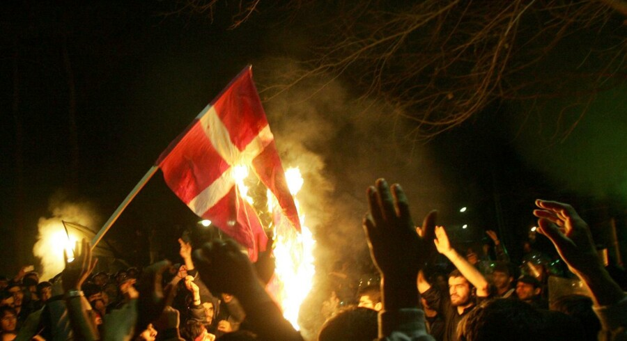Iranske demonstranter brænder danske flag af foran den danske ambassade i Tehran den 06.02.2006 i protest mod Muhammedtegningerne.