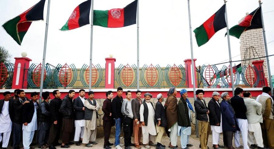 Afghanere i kø for at få lov til at stemme ved valget lørdag.