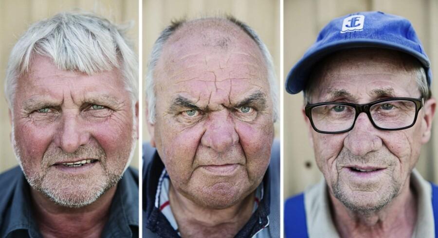 På en bænk på havnen i Ringkøbing sidder Jes Ebsen (til venstre) sammen med sine venner Benny (midten), Helge (til højre) og Svend. I går mistede de deres gode kammerat, der druknede på fjorden, så lykken er udfordret. »Men vi må jo prøve at komme videre,« siger de.