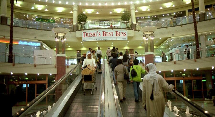 De stigende vækstrater i Mellemøsten og Nordafrika vil gøre mange arabere, ikke mindst i de nyrige golfstater, mere købedygtige. Her købes der ind i et af de store shoppingcentre i Dubai. Arkivfoto: Jan Jæger
