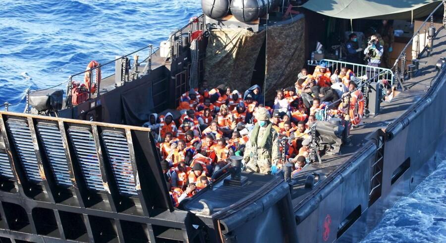 De mange bådflygtninge, der kommer over Middelhavet og ind i Europa, får nu danske bistandsorganisationer til at diskutere, om ulandspengene er bedst brugt i de lande, flygtningene kommer fra, eller om det er bedre at bruge nogle af pengene til at hjælpe flygtningene i Europa.