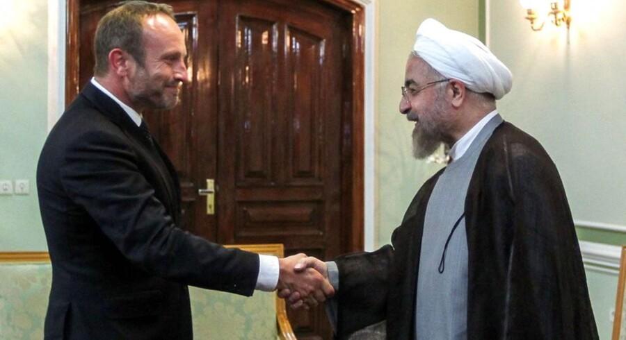 Udenrigsminister Martin Lidegaard hilser på Irans præsident, Hassan Rowhani, under Lidegaards besøg i landet fornylig Foto: EPA