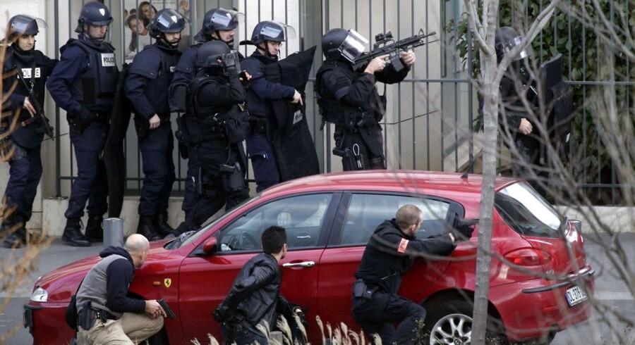Specialpoliti på plads i forbindelse med fredagens kortvarige gidselsdrama i Colombes, en forstad til Paris.