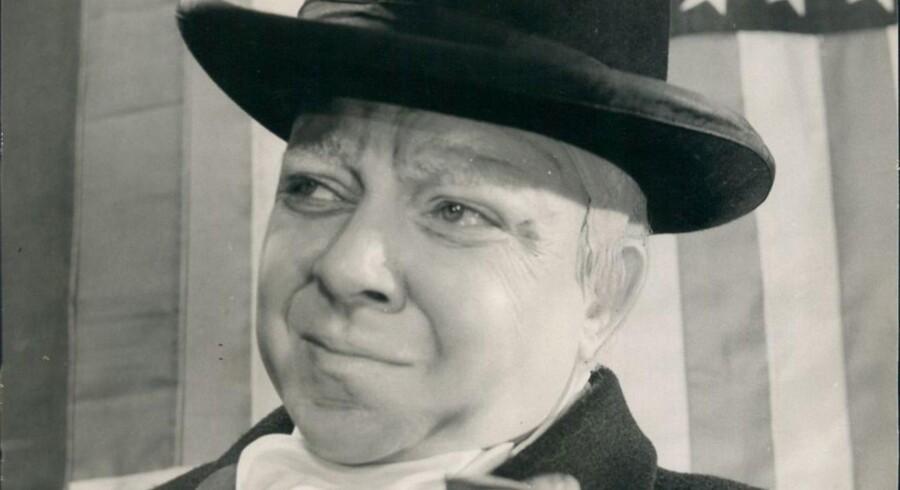 Med sin teaterdirektør, Stig Lommer, i ryggen bød Sitter Horne Rasmussen censuren, Justitsministeriet, en konservativ presse og hele Storbritannien trods. Maskeret som Winston Churchill vedblev hun med at synge sit frække vers om det engelske kongehus.