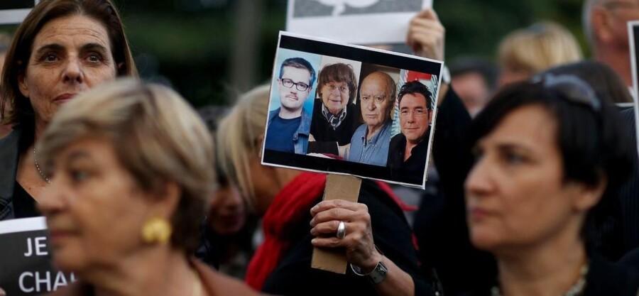 Over hele verden samles tusinder til markering af støtte til Charlie Hebdo-magasinet. Her i Miami, USA.