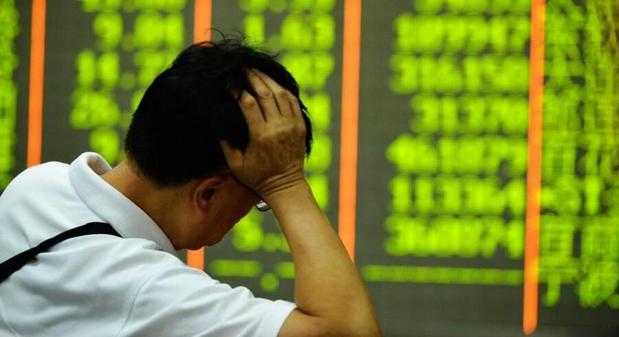 Det toneangivende kinesiske Shanghai Composite-indeks lukkede mandag med et minus på 8,5 pct. Det er det største fald for Shanghai-indekset siden februar 2007, og det var så voldsomt, at de europæiske aktier ikke kunne slippe uden om nedturen.
