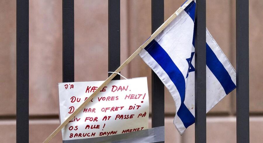Et israelsk flag og en personlig hilsen foran Synagogen i Krystalgade, København mandag d. 16. februar 2015, på det sted hvor Dan Uzan blev skuddræbt, da han stod vagt ved en jødisk konfirmation lørdag aften.
