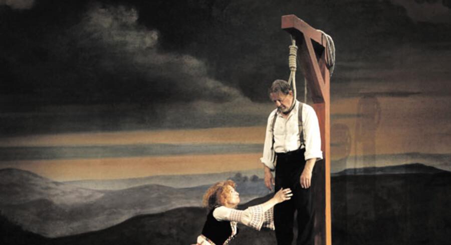 »Jeppe på Bjerget« på Det Kongelige Teater bliver snarere tragedien om »Jeppe på Bjerget« end komedien om ham. Her sørger Nille (Bodil Jørgensen) – for en kort stund – over sin hængte mand (Henning Jensen).