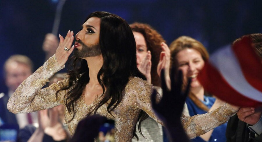 Den østrigste sanger og dragartist, Conchita Wurst, sendte fingerkys ud til de begejstrede fans, da hun havde sikret sig en plads i dette års Eurovision-finale. (Foto: REUTERS/Tobias Schwarz)