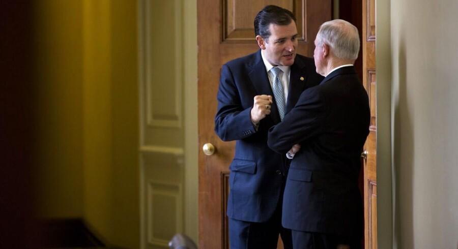 Den republikanske senator Ted Cruz (t.v.) fra Texas taler med Jeff Sessions, republikansk senator fra Alabama, mens Senatet gør klar til at forhandle om et amerikansk budget.