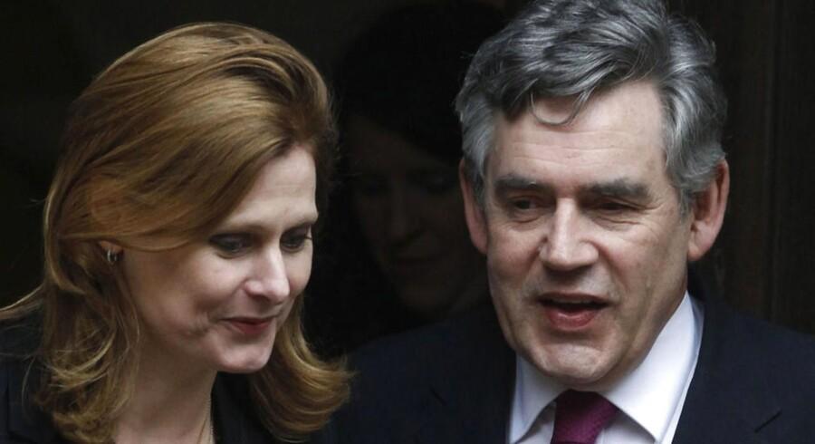 Storbritanniens tidligere premierminister Gordon Brown forlader her retten i London sammen med sin hustru Sarah efter at have vidnet i Murdoch-sagen.