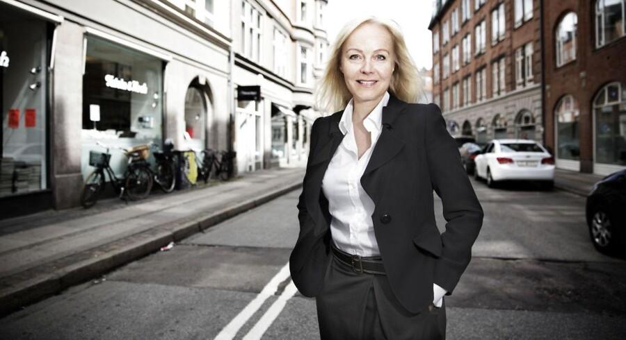Anne Mette Toftegaard, adm. direktør i LB Forsikring, er klar med en stor check til selskabets 360.000 medlemmer.