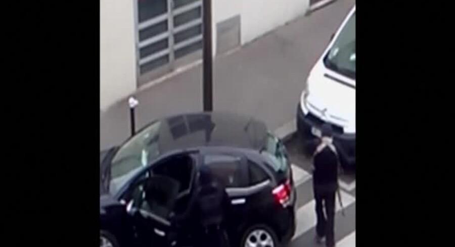 Et skærmdump fra hjemmevideoen, der viser de to terrorister lige efter angrebet på Charlie Hebdo.