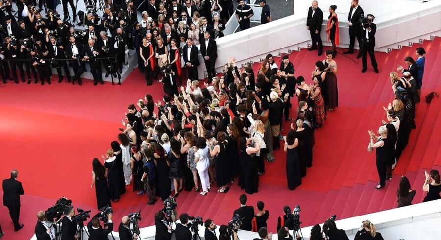 82 filmstjerner gik lørdag i protest mod ulighed for mænd og kvinder ved festivalen i Cannes.