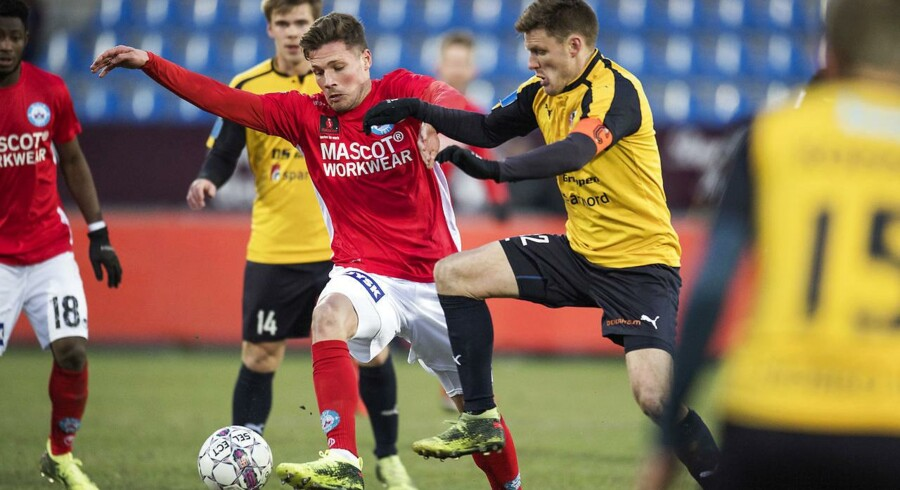 Silkeborgs Stephan Petersen 7 i kamp med Hobros Jonas Damborg 12 under Alka Superliga-kampen mellem Hobro IK og Silkeborg IF på DS Arena i Hobro, lørdag den 10. marts 2018. Hobro IK-Silkeborg IF slutter 1-1.
