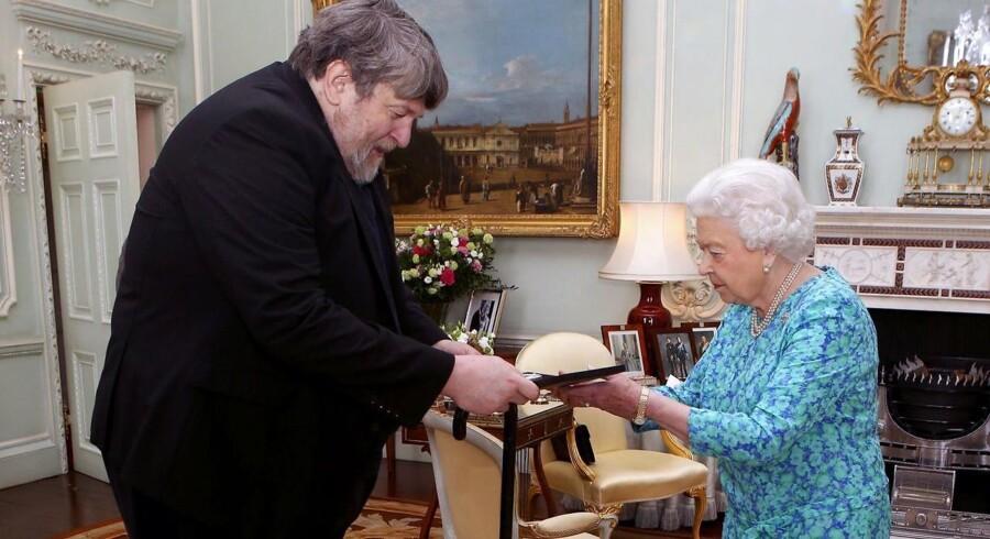 Oliver Knussen var i alle henseender stor. Her ses han med dronning Elizabeth, da han i 2016 fik overrakt The Queen's Medal for Music.