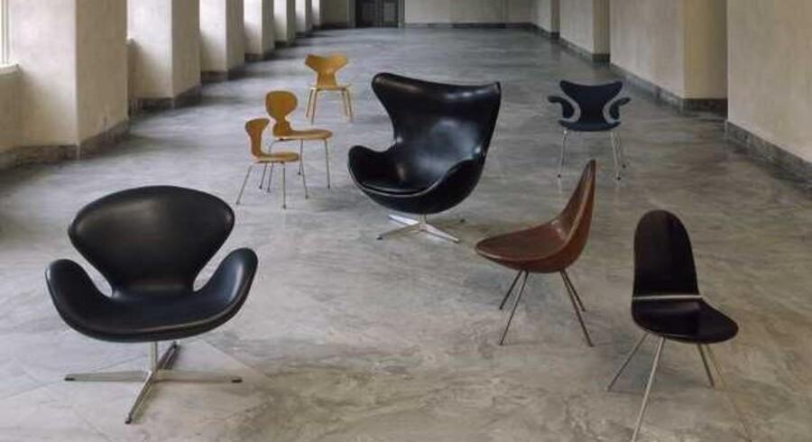 Udvalg af Arne Jacobsen-stole i et af Designmuseum Danmarks kønne udstillingsrum.