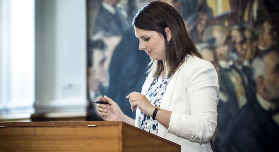 Nye medlemmer af Folketinget skriver under på Grundloven. Mette Abildgaard, Det Konservative Folkeparti.