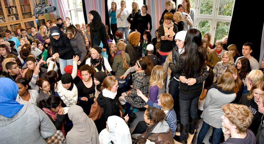 Et klasselokale propfyldt med gymnasieelever. 208 elever, tæt på halvdelen af skolens elever på ca 450.(Foto:Keld Navntoft/Scanpix 2008)