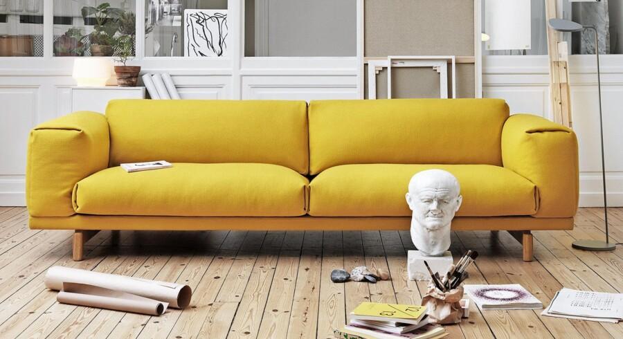 Det modige valg. Gul bringer forårsfornemmelser ind i boligen og er en iøjnefaldende farve, der giver liv til neutrale nuancer. Her er det en gul Rest-sofa fra Muuto. Foto: PR
