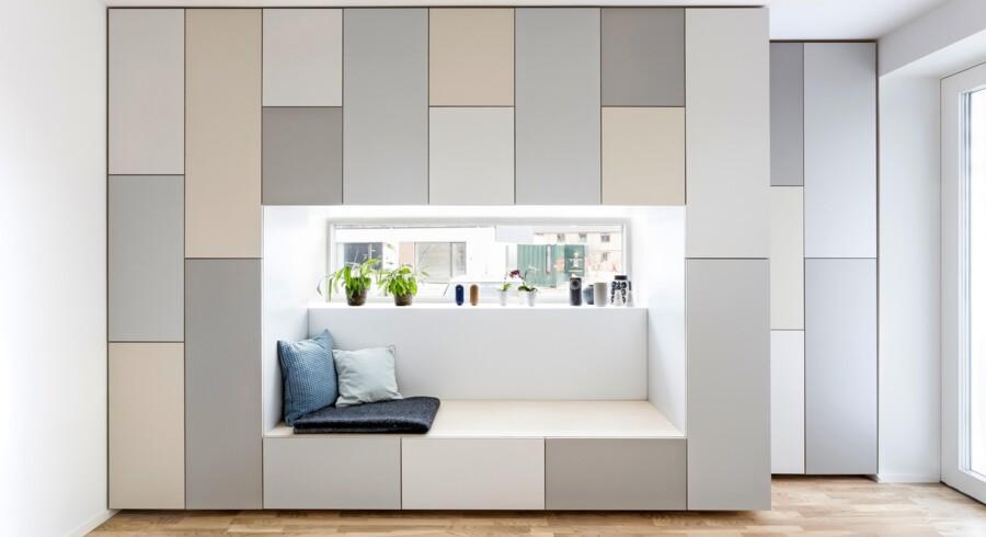 En af Stay Projects indretningsløsninger, hvor skillevæggen til køkkenet både fungerer som siddepladser og opbevaring. Foto: Stay Project/PR
