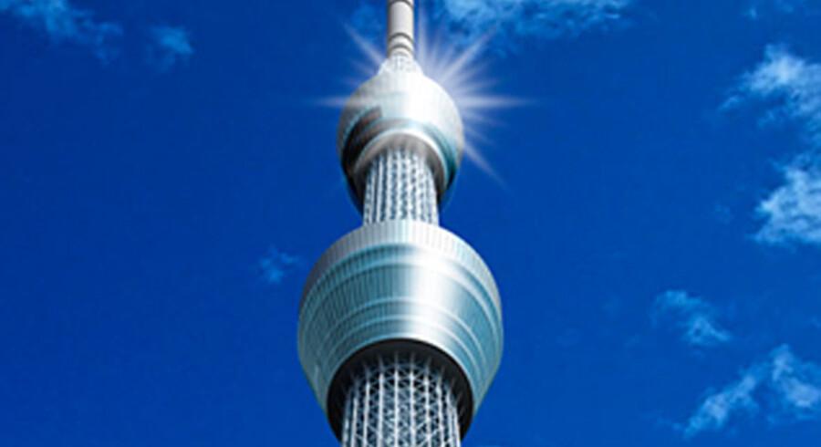 Grundlæggende er Tokyos nye kæmpe-tårn Sky Tree bygget for at udsende radio- og tv-signaler, men indvendigt i vidunderet er der også blevet plads til både et akvarium og et teater. Under tårnet er pladsen så stor, at der er bygget en mindre park i tårnets skygge med mødepladser, station og lobby ind til tårnet. Og så er der bygget to observationsplatforme i henholdsvis 350 og 450 meters højde, hvor Tokyo-turister kan suse op og tage millionbyen nærmere i øjesyn.