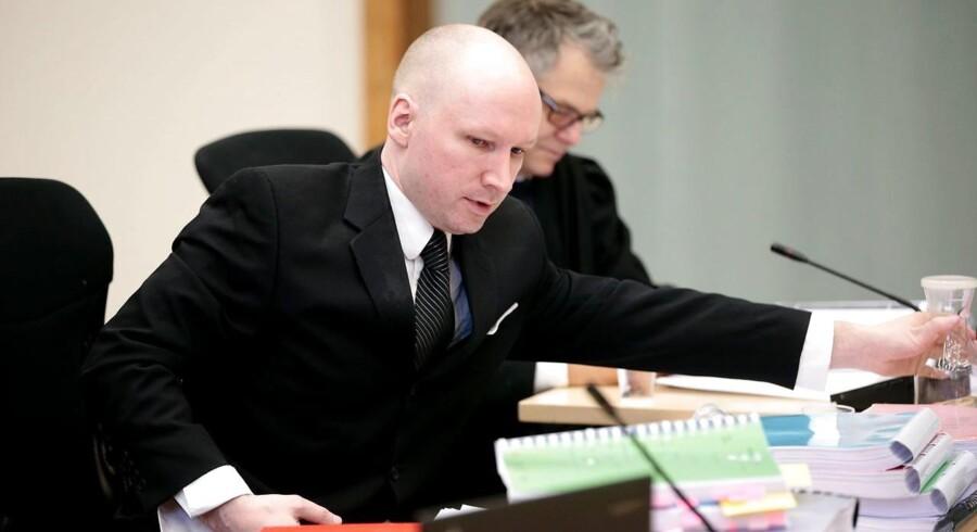 Hidtil har Anders Behring Breivik været overladt til sig selv i 22-23 timer i døgnet. Han er siden sin anholdelse blevet udsat for adskillige kropsvisiteringer i nøgen tilstand, og han har fået håndjern på over 3000 gange.