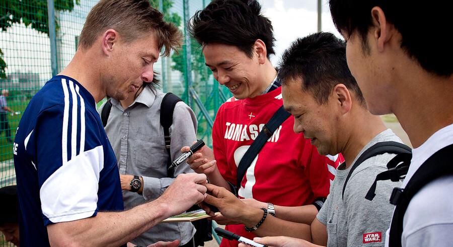 Det danske fodboldlandshold er i Japan for at deltage i Kirin Cup. Træning på et sportsanlæg i Osaka. Jon Dahl Tomasson skriver autograf til fan.