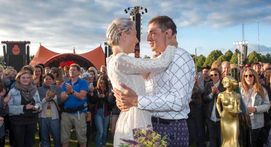 Bryllup. Sabry og Nønne blev i dag gift foran orange scene, Roskildes borgmester Joy Mogensen stod for vielsen.