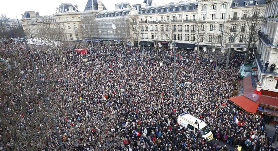 Deltagere i hundredetusindevis og statsledere fra hele verden, heriblandt den danske statsminister Helle Thorning-Schmidt, deltog i solidaritetsmarchen i Paris. Et blik ud over Place de la Republique hvor masserne gør sig klar til solidaritetsmarchen.