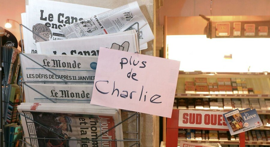 Franskmændene stod i kø fra morgenstunden for at sikre sig et eksemplar af det nye Charlie Hebdo. Sælgere af bladet måtte hurtigt melde alt udsolgt, selv om bladet er blevet trykt i 3 millioner eksemplarer.