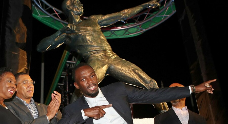 Der står en statue af Usain Bolt foran Kingston National Stadium. Her ses Bolt ved præsentationen af statuen.