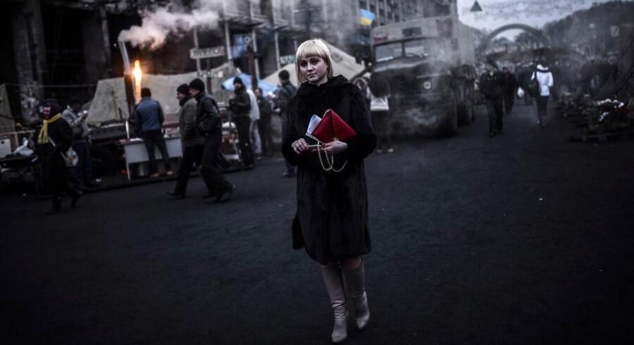 En kvinde på vej gennem Uafhængighedspladsen i Kiev 27. februar.