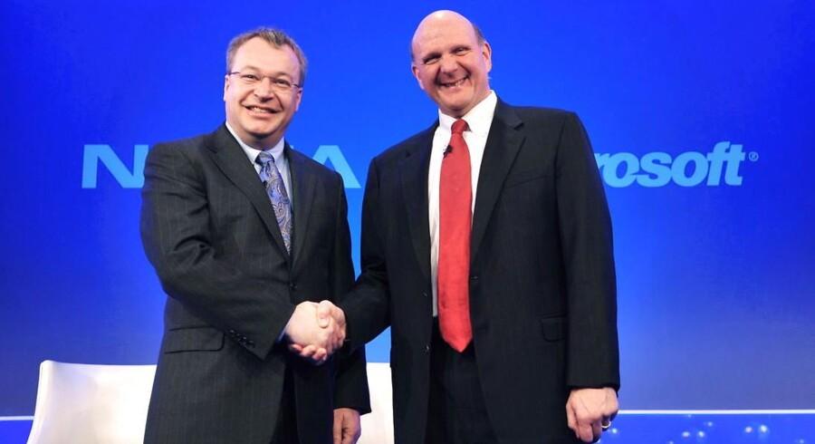 Nokias tidligere topchef, Stephen Elop (til venstre), er ikke længere den oplagte kandidat som afløser for Steve Ballmer (til højre), som efter 13 år går af som Microsofts topchef. Arkivfoto: Daniel Deme, EPA/Scanpix