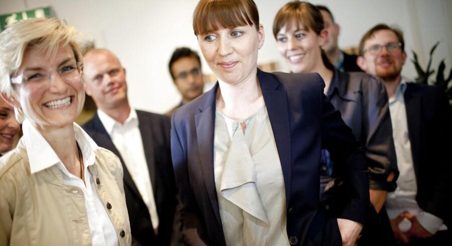Beskæftigelsesminister Mette Frederiksen (S) (i midten) smiler om kap med de Konservatives Mai Henriksen (th) og Venstres Ulla Tørnæs (tv), da de kommer ud fra de færdige forhandlinger om en fleksjob- og førtidspensionsreform lørdag aften.