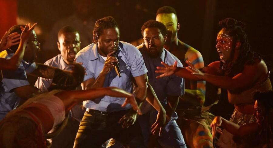 Kendrick Lamar optrådte til årets Grammy Awards, hvor han var nomineret 11 gange. Hans optræden havde et klar politisk budskab med hilsener til Black Lives Matter-bevægelsen.