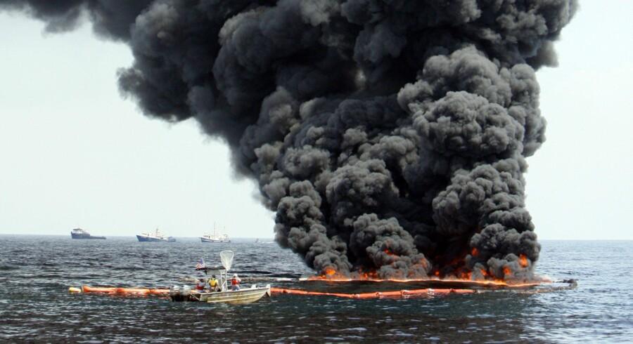 Mens BP har fået 24 timer til at undersøge, om det låg, de har lagt ned over olielækken i Den Mexicanske Golf, virker, fortsætter olie med at strømme ind og forurene kysten. For at minimere skaderne foretager BP kontrollerede afbrændinger af olien.