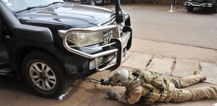 Det er anden gang på kort tid, at Mali rammes af et større angreb. Sidst var det et angreb på et Radisson Blu-hotel. Her ses en person fra Malis specialstyrker tjekke en bil i forbindelse med angrebet på hotellet.