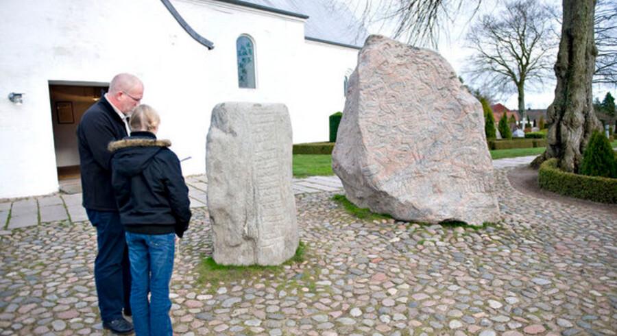 Den danske konge Harald Blåtand, som rejste Jellingestenene for sine forældre, samlede også danerne og lægger derfor navn til den ligeledes samlende radioteknologi Bluetooth, som nu får et tryk på speederen. Foto: Claus Fisker, Scanpix