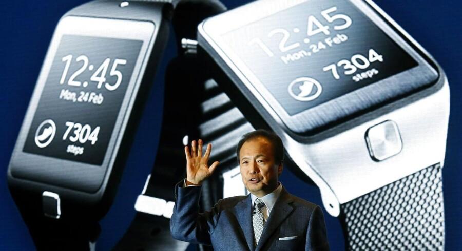 Samsungs direktør, J.K. Shin, fremviser de nye smarte ure fra mobilgiganten på verdens største mobilmesse, Mobile World Congress, i Barcelona i februar. Samsung sidder solidt på urmarkedet i dag. Arkivfoto: Gustau Nacarino, Reuters/Scanpix